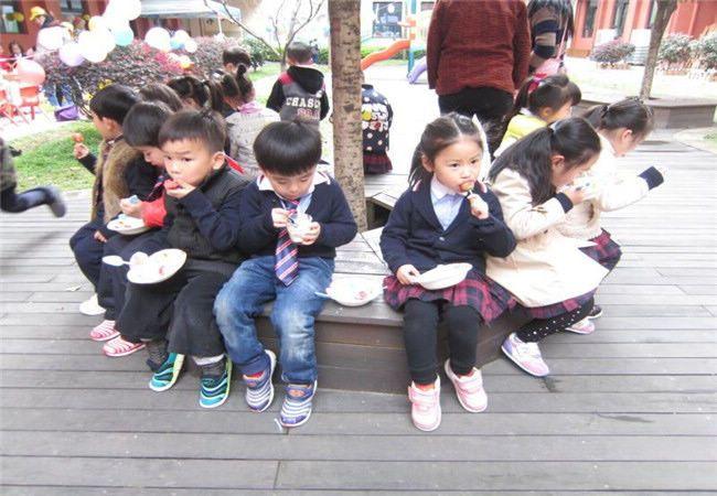 &nbsp&nbsp&nbsp&nbsp&nbsp&nbsp学会分享是我园情绪教育课程中的一个重要的内容,为幼儿积极创设分享的氛围和教育的情景,帮助幼儿懂分享,乐分享,以促进幼儿全面和谐发展是我们共同的教育目标。 &nbsp&nbsp&nbsp 周一是玩具的海洋。我们把自己最喜欢的玩具带到幼儿园与同伴分享,介绍玩具后我们一起拼拼,搭搭。 &nbsp&nbsp&nbsp 周二是美食的海洋。美食节上,我们大班的孩子一起合作搬桌椅,吹气球,布置美食展台。戴上厨师帽,围上小围裙,当起了美食小小服务员。美食节上,我